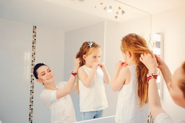 Nette familie hat spaß in einem badezimmer Kostenlose Fotos