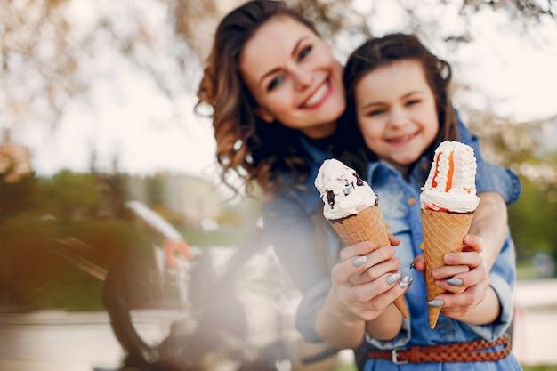 Nette familie in einem frühlingspark Kostenlose Fotos
