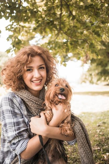 Nette frau und lustiger hund im park Kostenlose Fotos