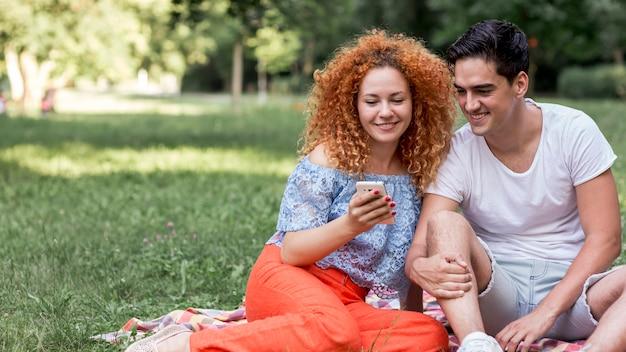 Nette glückliche liebevolle paare, die draußen ein selfie nehmen Kostenlose Fotos
