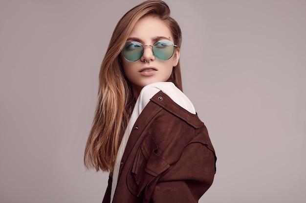 Nette jacke der jugendlichen in mode und farbgläser Premium Fotos