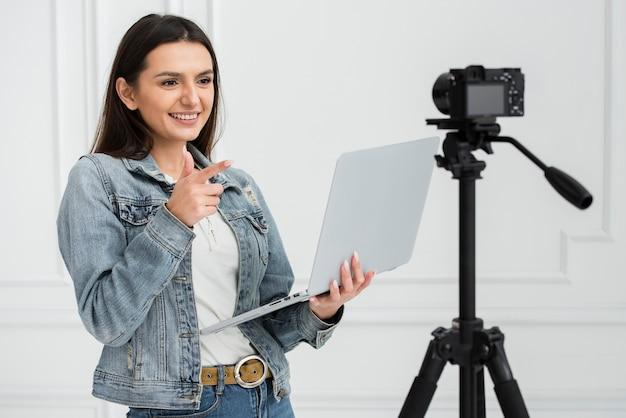 Nette junge frau, die auf kamera lächelt Kostenlose Fotos