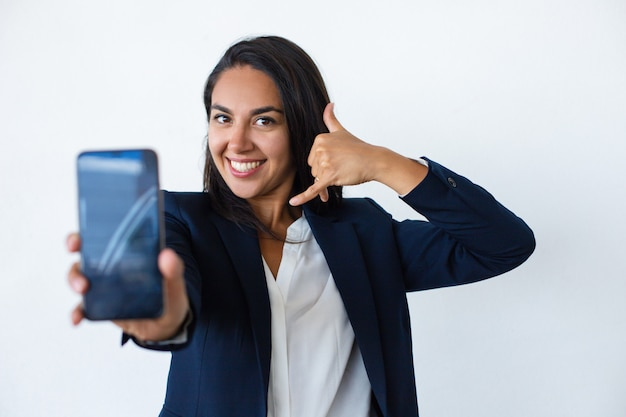 Nette junge frau, die smartphone zeigt Kostenlose Fotos