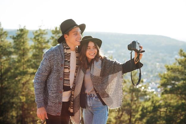 Nette junge paare, die ein foto machen Kostenlose Fotos
