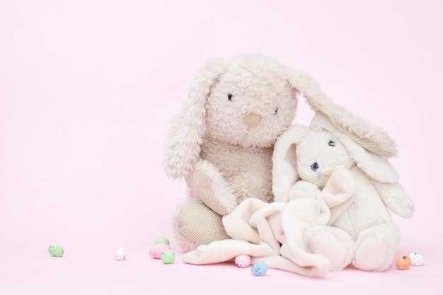 Nette kaninchen auf rosa, kopienraum Premium Fotos