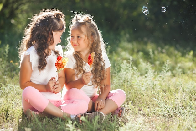 Nette kleine freundinnen, die spaß zusammen haben Premium Fotos