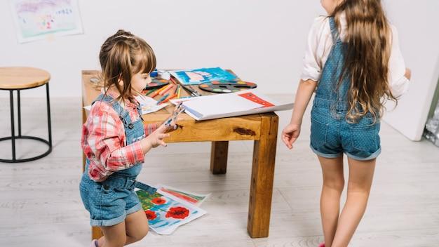 Nette mädchen, die mit den gemalten fingern laufen Kostenlose Fotos