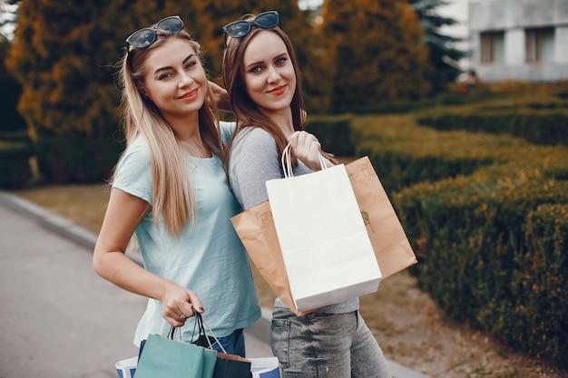 Nette mädchen mit einkaufstasche in einer stadt Kostenlose Fotos