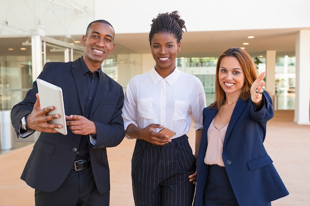 Nette multiethnische manager, die geschäftsansätze besprechen Kostenlose Fotos