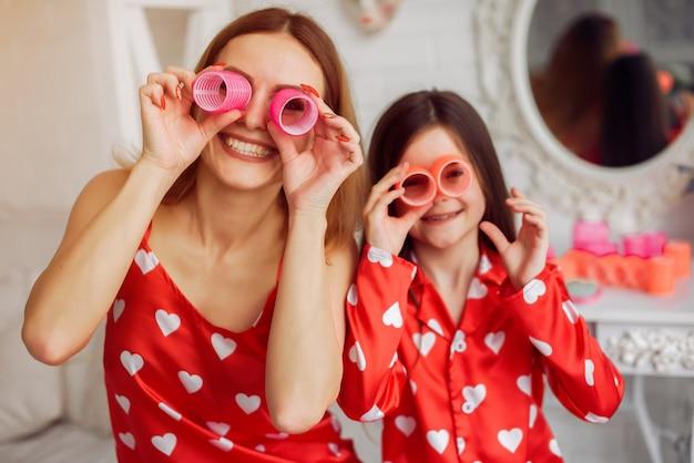 Nette mutter und tochter zu hause in pyjamas Kostenlose Fotos