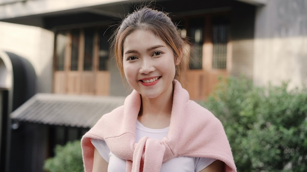 Nette schöne junge asiatin, die dem lächeln beim fahren bei chinatown in peking, china glücklich lächelt. Kostenlose Fotos