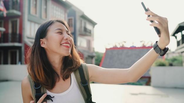 Nette schöne junge asiatische wandererbloggerfrau, die den smartphone nimmt selfie verwendet Kostenlose Fotos