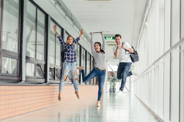 Nette studenten, die springen Premium Fotos