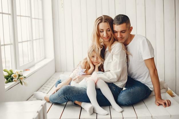 Nette und große familie, die zu hause sitzt Kostenlose Fotos