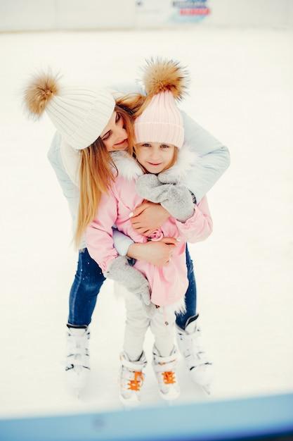 Nette und schöne familie in einer winterstadt Kostenlose Fotos