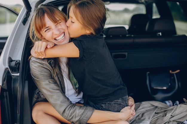 Nette und stilvolle familie auf einem sommergebiet Kostenlose Fotos