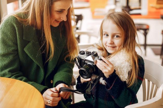 Nette und stilvolle familie in einem café Kostenlose Fotos