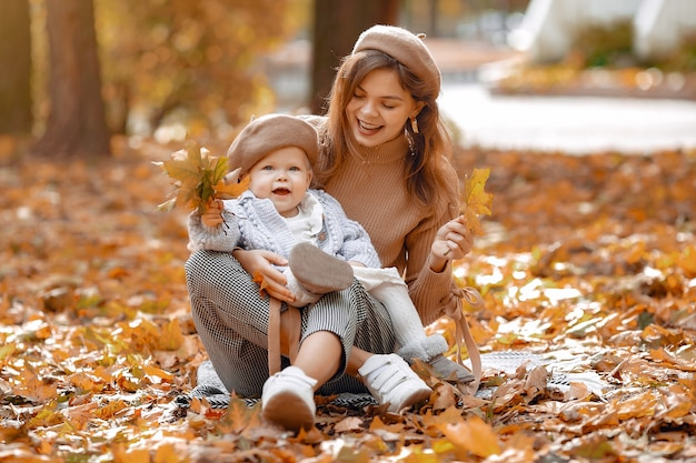 Nette und stilvolle familie in einem herbstpark Kostenlose Fotos