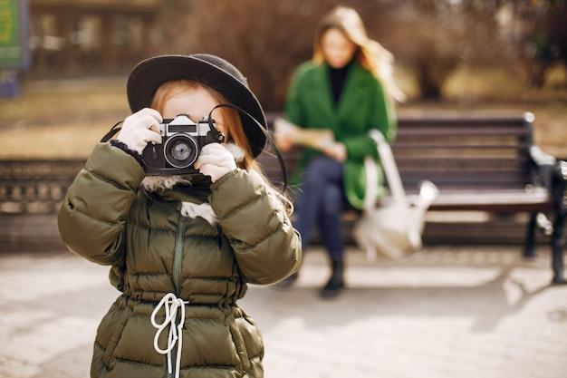 Nette und stilvolle familie in einer frühlingsstadt Kostenlose Fotos
