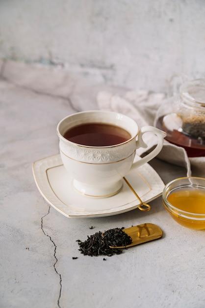 Nette weiße tasse tee auf marmorhintergrund Kostenlose Fotos