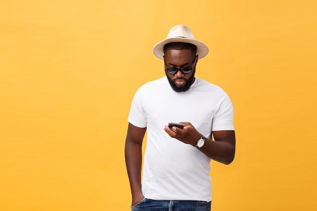 Netter afroamerikanermann im weißen hemd unter verwendung der handyanwendung. Premium Fotos
