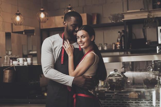 Netter afroamerikanermann umarmt schönes mädchen Premium Fotos