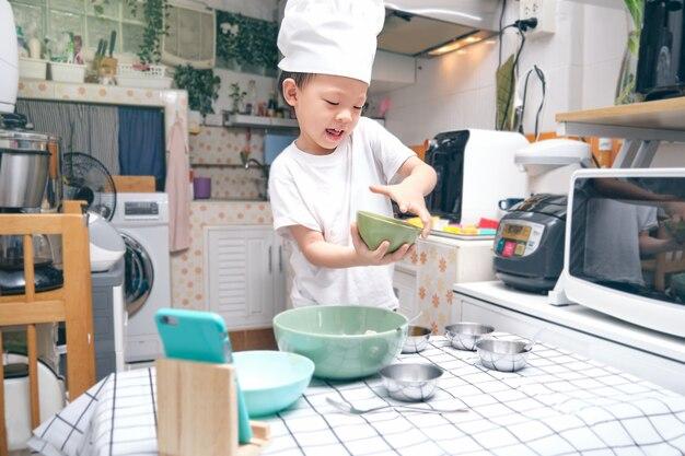 Netter asiatischer junge, der spaß hat, frühstück zu kochen, junger blogger machen vlog für social-media-kanal Premium Fotos