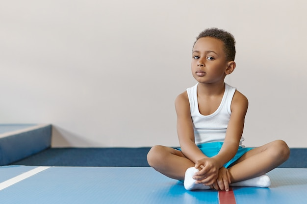 Netter athletischer dunkelhäutiger zehnjähriger junge in stilvoller sportkleidung mit sportunterricht Kostenlose Fotos