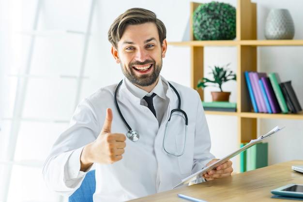 Netter doktor, der daumen-oben gestikuliert Kostenlose Fotos