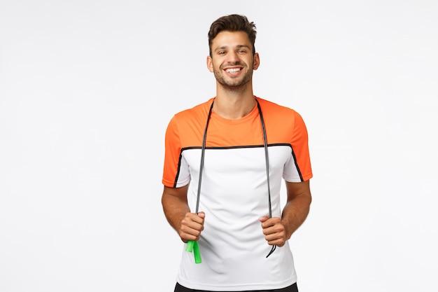 Netter, gesunder gutaussehender mann in der sportkleidung Premium Fotos