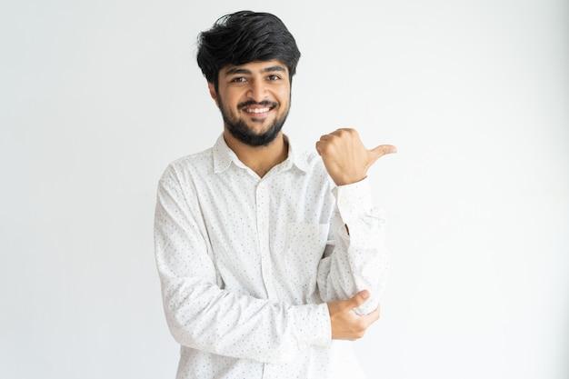 Netter indischer kerl, der neues produkt oder service empfiehlt. Kostenlose Fotos