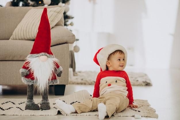 Netter junge, der weihnachtsmütze an weihnachten trägt Kostenlose Fotos