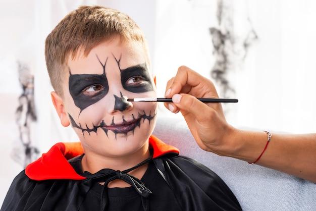 Netter junger junge mit halloween-verfassung Kostenlose Fotos