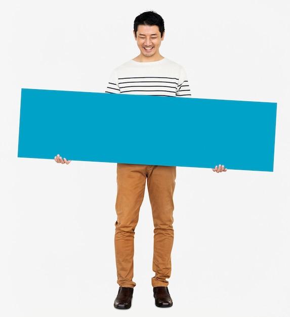 Netter mann, der eine leere blaue fahne hält Kostenlose Fotos