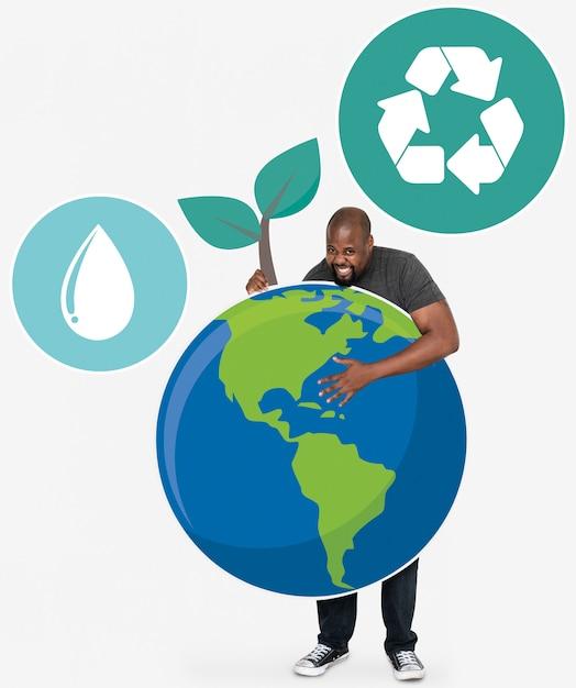 Netter mann mit symbolen eines umweltschutzes Kostenlose Fotos