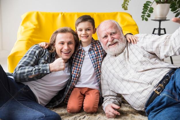 Netter netter sohn, der vati und großvater umarmt Kostenlose Fotos