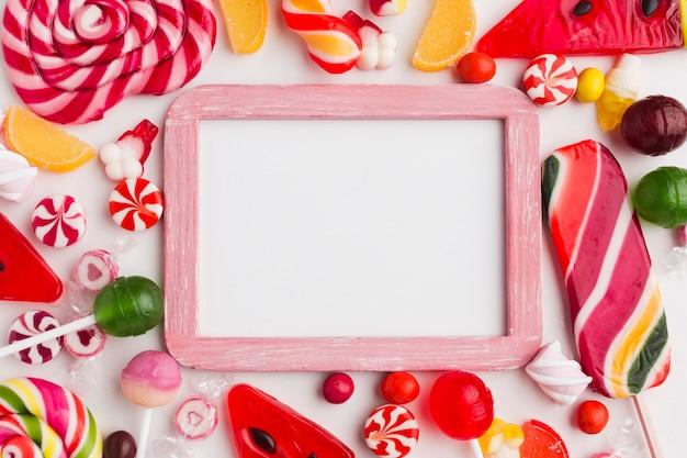 Netter rahmen mit bonbons und kopienraum Kostenlose Fotos