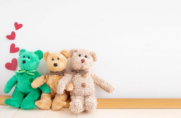 Netter teddybär der paare mit roten herzballonen Premium Fotos