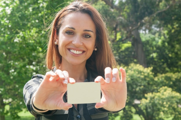 Netter weiblicher kunde, der visitenkarte hält Kostenlose Fotos