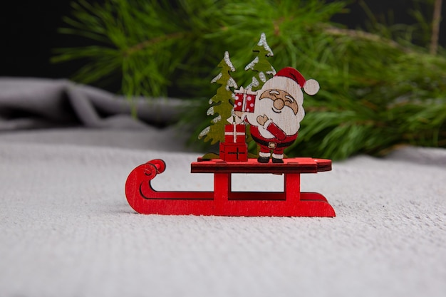 Netter weihnachtsmann, der auf einem schlitten-konzept der weihnachtsglücks-neujahrspostkarte sitzt Premium Fotos