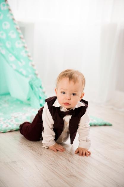 Nettes baby spielt zu hause Premium Fotos