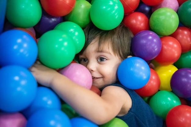 Nettes babykleinkind - im ballpool Premium Fotos