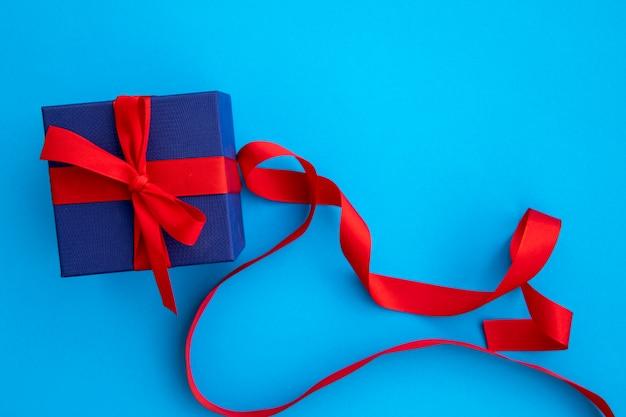 Nettes blaues und rotes geschenk mit bändern Kostenlose Fotos