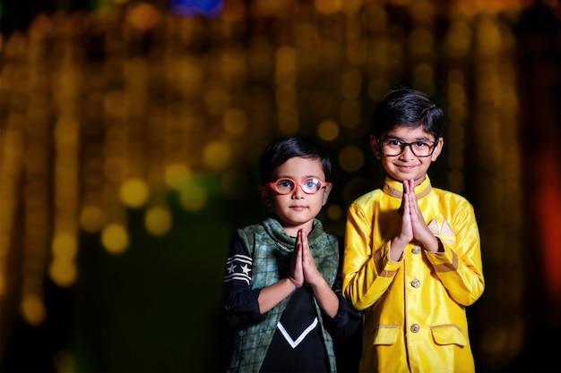 Nettes indisches kind auf traditioneller abnutzung Premium Fotos