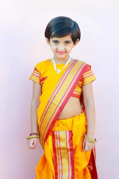 nettes indisches kleines mädchen auf traditioneller