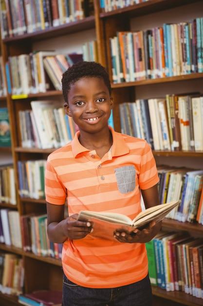 Nettes Jungenlesebuch in der Bibliothek Premium Fotos