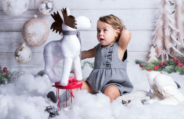 Nettes kind betrachtet ein kleines ren überrascht. Premium Fotos