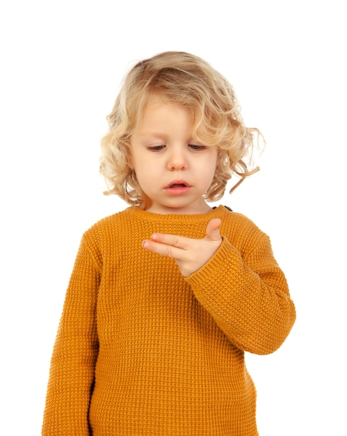 Nettes kind, das lernt, die jahre zu setzen, die er mit seiner hand hat Premium Fotos