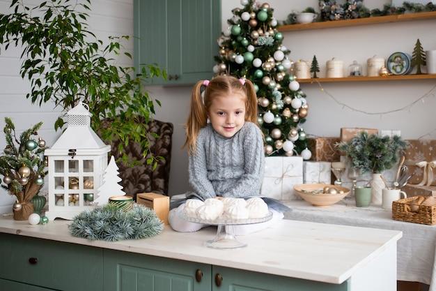 Nettes kind, das spaß in der küche zu hause hat Premium Fotos