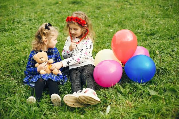 Nettes kind in einem park, der auf einem gras spielt Kostenlose Fotos